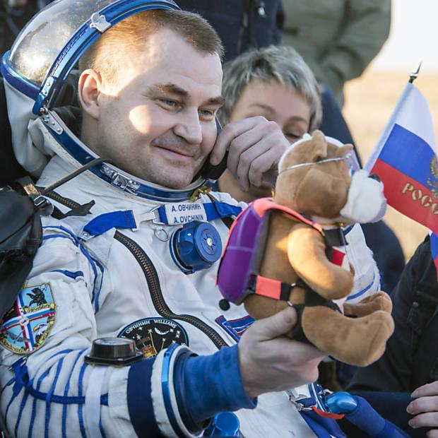 Astronautas retornam à Terra após seis meses no espaço