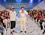 Silvio Santos tira a roupa em brincadeira no palco do programa no SBT