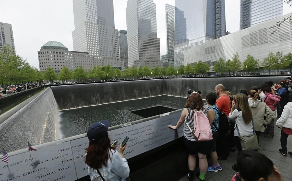 Sobreviventes do 11/9 viram guias em memorial
