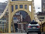 Carro autônomo do Uber em ponte no centro de Pittsburgh, nos Estados Unidos