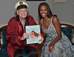 Hugh Hefner com Eugena Washington, a primeira negra a ser eleita coelhinha do ano pela revista