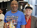 Hugh Hefner, vestido com o chapéu de marinheiro ao lado do ator Bill Cosby, acusado de abuso sexual