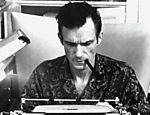Hugh Hefner trabalhando, em 1960, no escritório da revista que criou