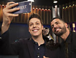 Fabio Porchat tira selfie com Latino e com o macaco Twelves durante entrevista em seu