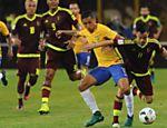 Marquinhos (dir.) disputa bola com Juan Anor, da Venezuela