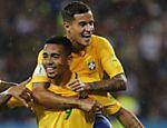 Gabriel Jesus comemora com Coutinho o primeiro gol da vitória do Brasil sobre a Venezuela