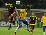 Willian divide bola de cabeça durante jogo da seleção contra a Venezuela