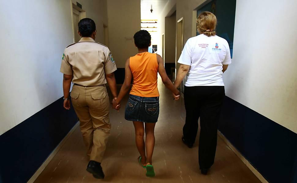 Menina é mantida em cela masculina por 20 dias