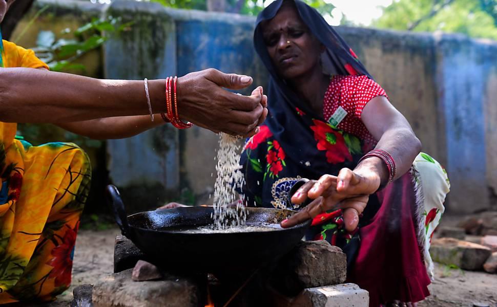 Serviço de comida em estação ferroviária na Índia