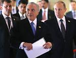 Michel Temer (esq.) ao lado do presidente da Rússia, Vladimir Putin, durante cúpula dos Brics na Índia