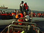 Refugiados são resgatados por navio italiano na costa da Líbia, no mar Mediterrâneo