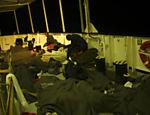 Refugiados africanos dormem em navio após serem resgatados na costa da Líbia, no mar Mediterrâneo