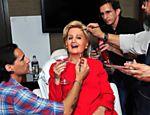 Katy Perry se fantasia de Hillary Clinton para festa de Halloween