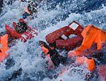 Migrantes e refugiados são resgatados após naufrágio na costa da Líbia