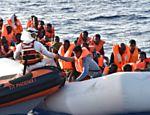 Membros da ONG MOAS, de Malta, resgatam migrantes e refugiados após naufrágio na costa da Líbia