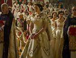 A atriz britânica Claire Foy como a rainha Elizabeth 2ª em sua juventude na série