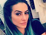Cleo Pires apareceu com o cabelo verde em uma foto no Instagram; o visual faz parte da personagem Dani, que ela viverá no filme