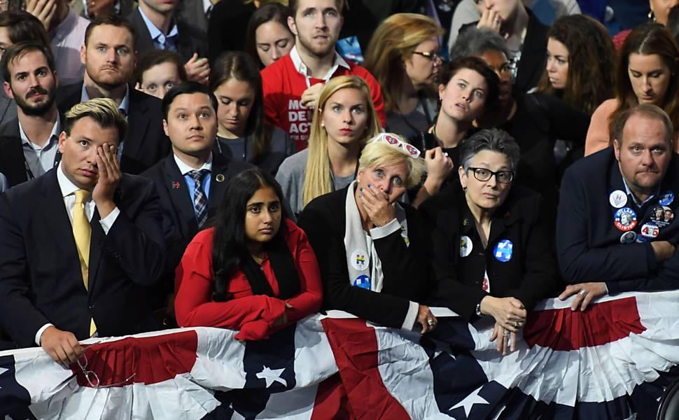Apoiadores de Hillary Clinton lamentam derrota