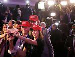 Apoiadores de Trump fazem selfie em Nova York enquanto aguardam a apuração final do pleito presidencial norte-americano