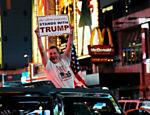Homem comemora vitória de Trump na Times Square, em Nova York