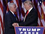 O presidente eleito Donald Trump, cumprimenta seu vice, Mike Pence, durante comemoração em Nova York