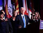 O vice-presidente eleito Mike Pence (centro) discursa a apoiadores do presidente eleito Donald Trump no Hilton Midtown, em Nova York