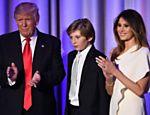 O presidente eleito Donald Trump chega com seu filho Baron e sua mulher, Melania, ao evento no qual discursou após vencer a eleição