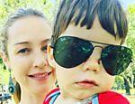 Luana Piovani em foto ao lado do filho Dom, usando óculos escuros