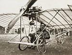 Santos Dumont no aeroplano Demoiselle em 1910