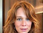 Mariana Ximenes muda o visual e aparece com o cabelo ruivo e com sardas em evidência após viver protagonista de