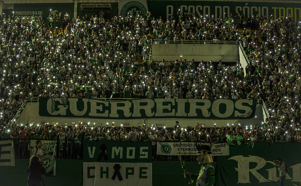 Torcedores fazem homenagem a jogadores mortos do Chapecoense