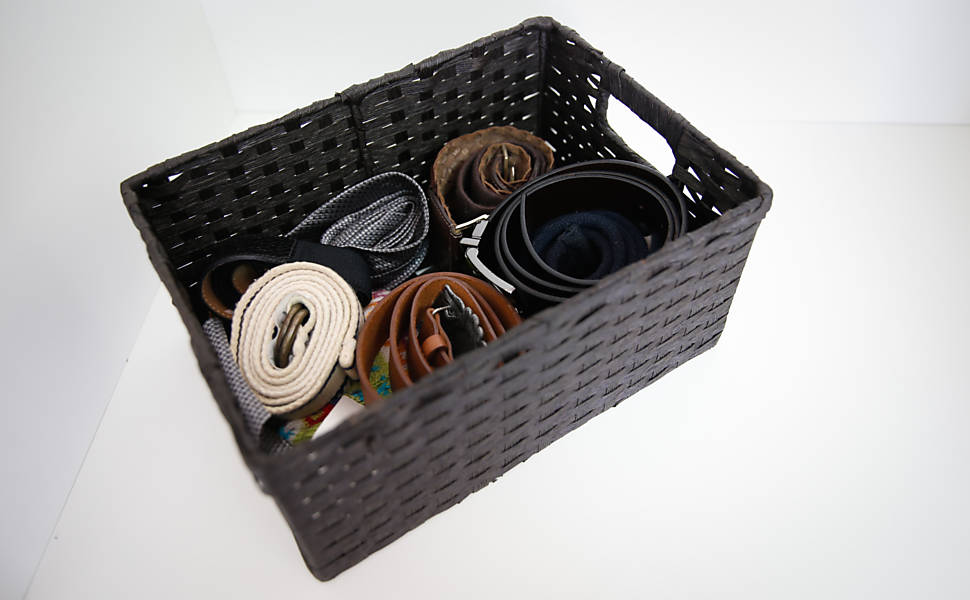 Os itens que não couberem nas gavetas ou nos cabides podem ser guardados em cestos. É possível ainda aproveitar a prateleira de apoio logo acima das gavetas para colocar pequenas pilhas de roupas