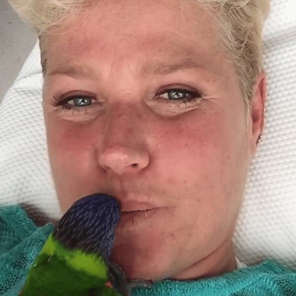 Xuxa apareceu em um momento fofo com seu papagaio Luidi