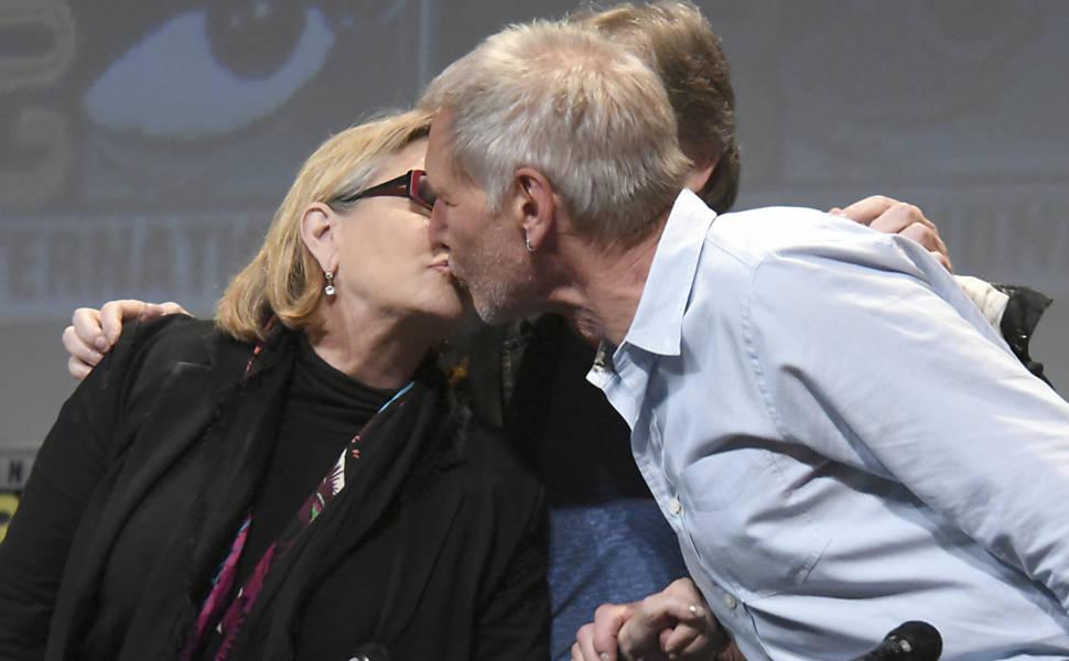 """Carrie Fisher e Harrison Ford se beijam na feira Comic-Con, na Califórnia, durante entrevista sobre o filme """"Star Wars: O Despertar da Força"""""""