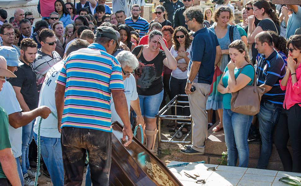 Velório e enterro das vítimas de chacina