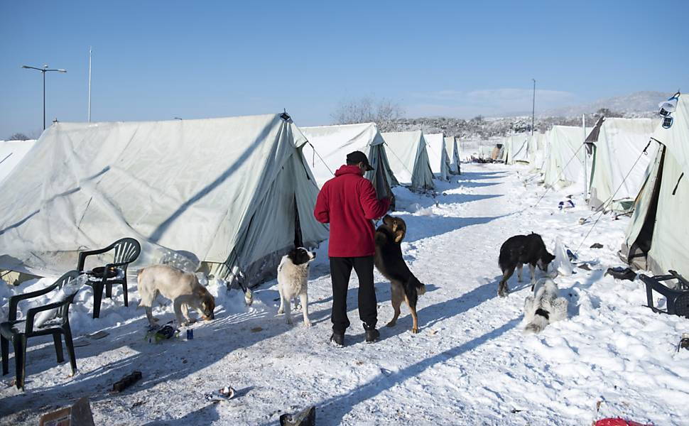 Imigrantes enfrentam frio na Grécia