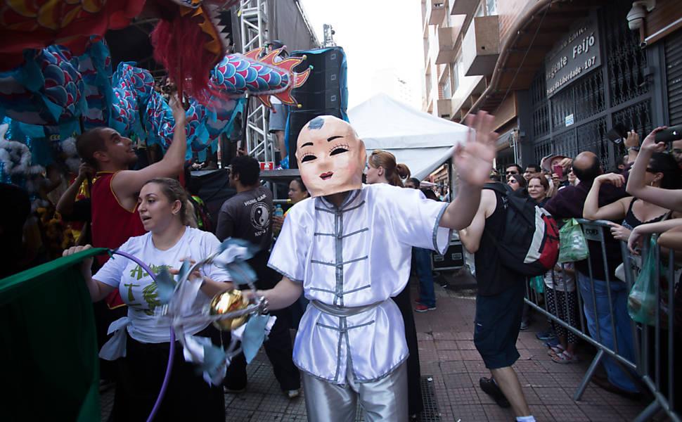 Famílias chinesas comemoram o Ano-Novo chinês