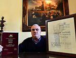 O escritório de sua casa de Velletri tem as paredes cobertas com seus diplomas