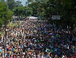 Foliões aproveitam o bloco Bicho Maluco Beleza, em frente ao parque do Ibirapuera, em São Paulo