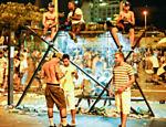 Foliões se concentram no Largo da Batata após blocos de carnaval
