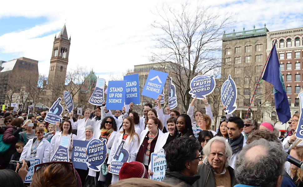 Protesto de cientistas e ativistas contra Trump