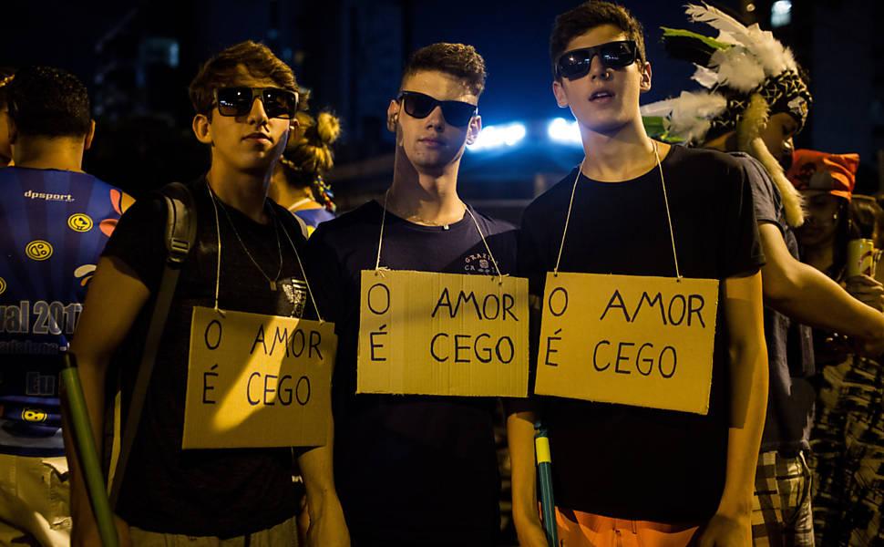 Guilherme Santana, Victor di Pietro e Rafael Viacili usam fantasias com escritas O Amor é Cego. Carnaval de Rua no bairro da Vila Madalena, zona oeste da capital paulista, foi tomada pela musica funk