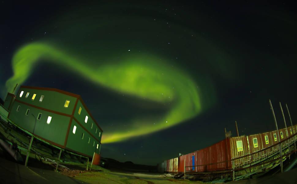 Aurora austral na Estação Zhongshan, uma base de pesquisa científica chinesa na Antártida
