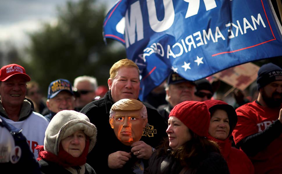 Manifestantes seguram máscaras do presidente Donald Trump em Bensalem, na Pensilvânia