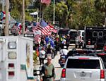 O republicano chegou a descer do carro para conversar com alguns de seus apoiadores da Flórida
