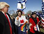 Grupo de homossexuais favoráveis a Trump participam de manifestação ao lado da Casa Branca