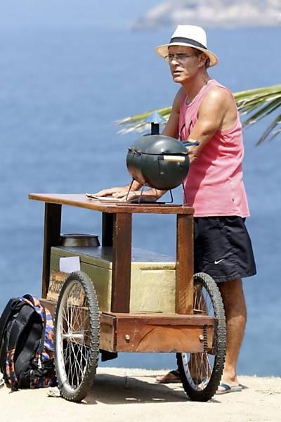 Mário Gomes vende hambúrgueres na praia da Joatinga