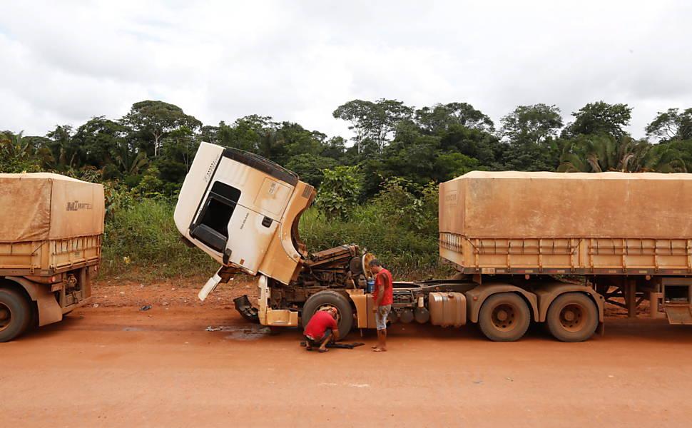 Caminhões carregados de soja quebrados na BR 163, próximo a Itaituba, no Estado do Pará, em março deste ano