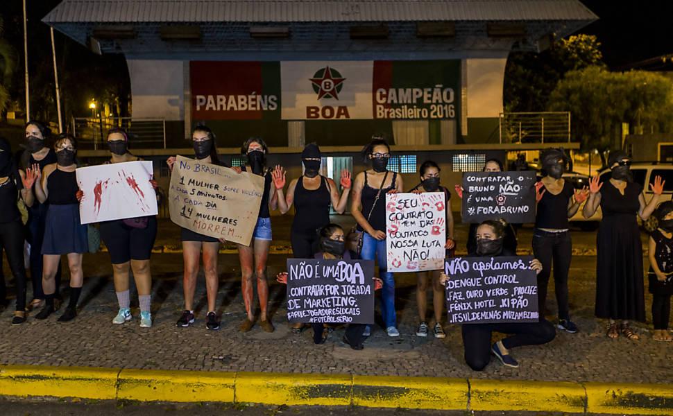 Manifestação de mulheres contra goleiro Bruno