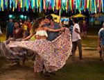Zeca (Marco Pigossi) e  Ritinha (Ísis Valverde) dançam carimbó